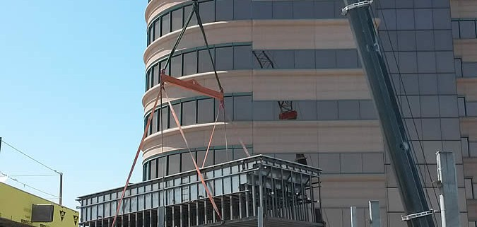 Rooftop-pool-crane-installation-1